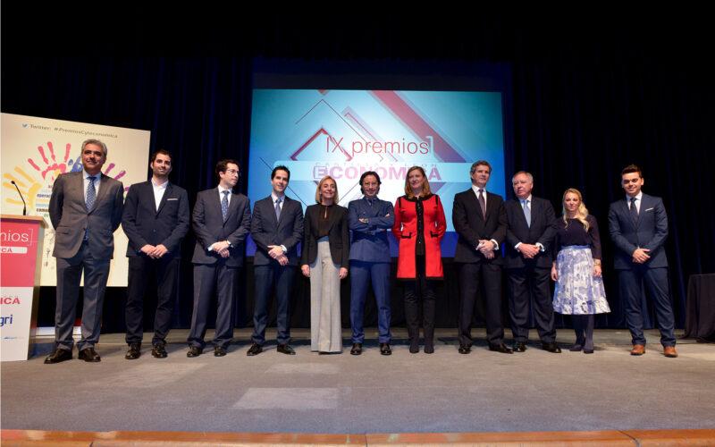 Foto de familia de los premiados.