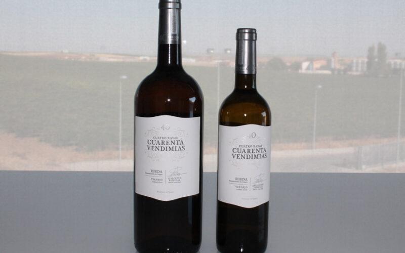 Botellas de diferentes formatos de Cuatro Rayas Cuarenta Vendimias.