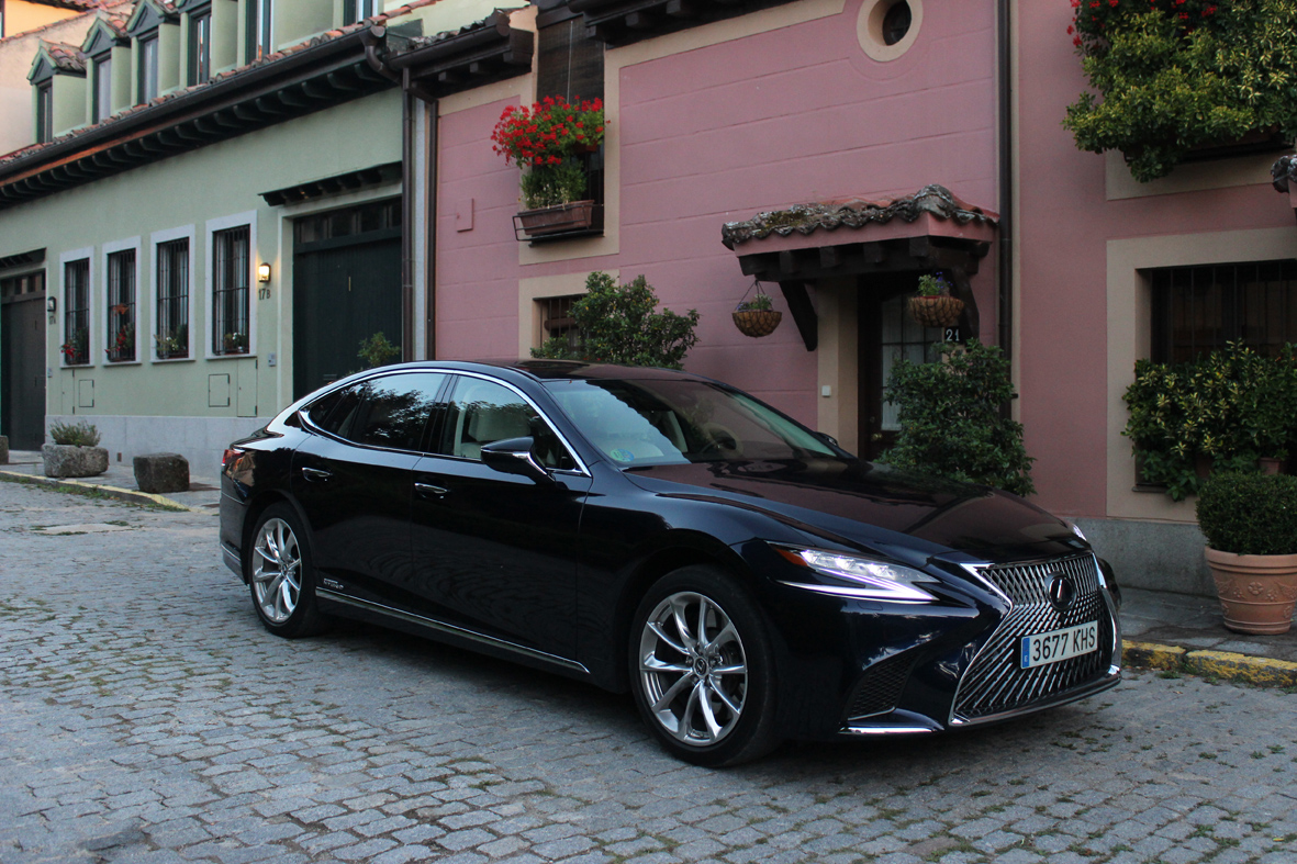 Lexus LS 500h.