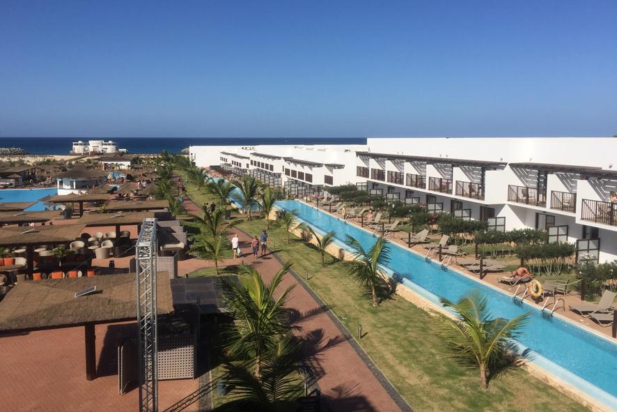 Vista aérea del Hotel Meliá Llana con el Bikini Club sobre el Atlántico y zona e