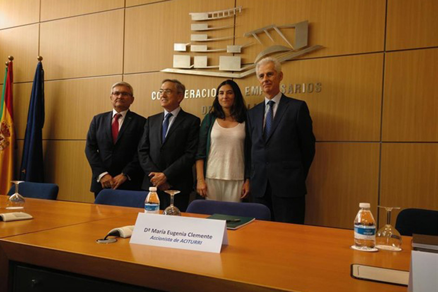 De izquierda a derecha, Manuel Huertas, presidente de Airbus Operations; Ginés C