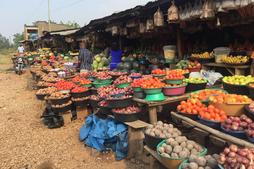 Los coloridos mercados de frutas y verduras salpican los márgenes de las carrete