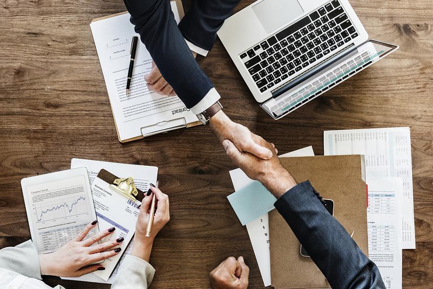 Para los empresarios afectados por la dificultad de encontrar profesionales adap