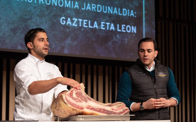 De izquierda a derecha, Jorge y Alberto Guijarro, de La Brasería de Cuéllar.