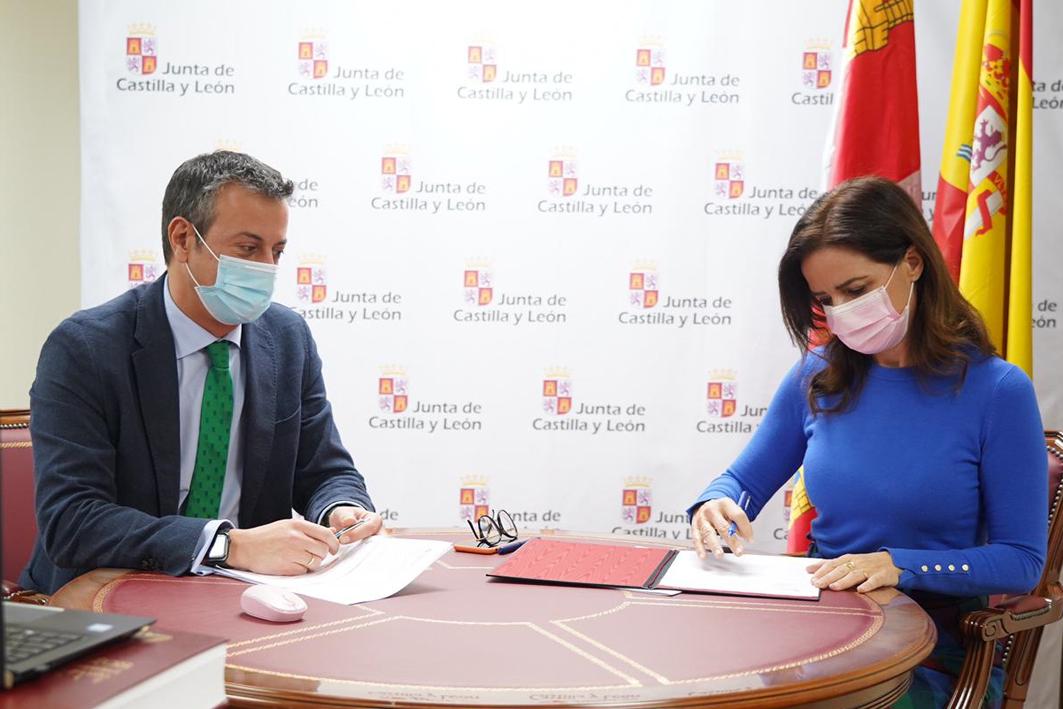 Ana Carlota Amigo, consejera de Empleo e Industria, durante la firma.