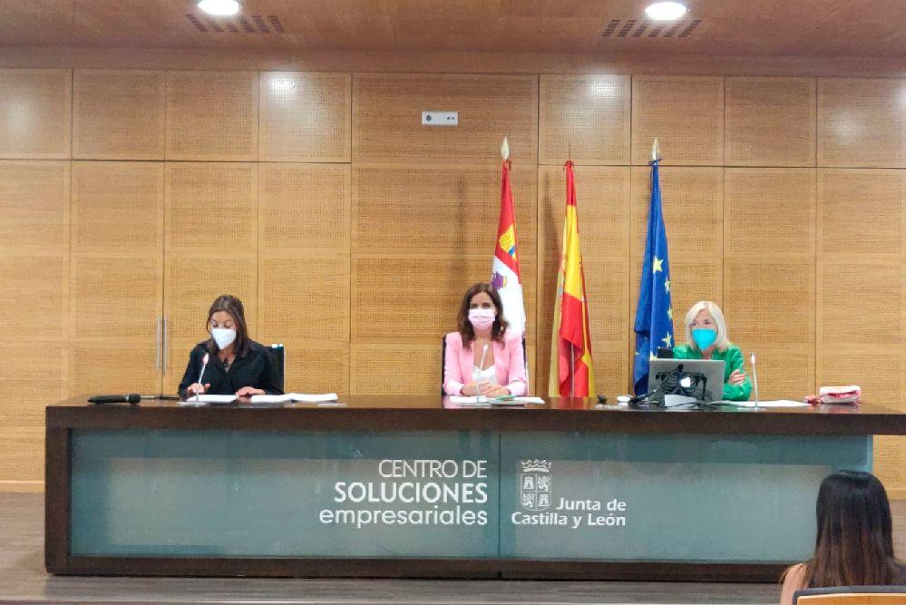 ana carlota amigo, consejera de empleo e industria, en el centro, durante la presentación de los resultados del programa prospección laboral.