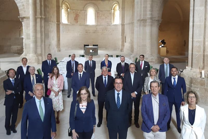 Antonio Garamendi, presidente de la CEOE, en la primera fila, tercero por la izquierda, junto con los asistentes a los XII Diálogos Castilla y León Económica.