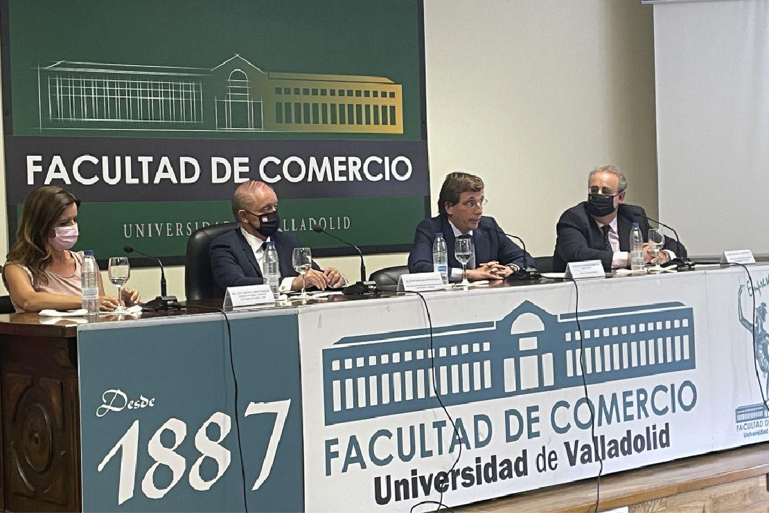 José Luis Martínez-Almeida, segundo por la derecha.