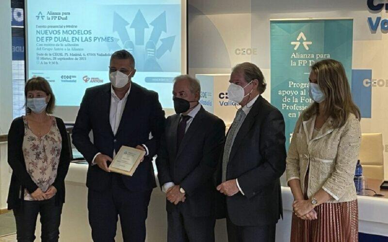 David Ramos García, director general de Grupo Antón, segundo por la izquierda, durante la firma.