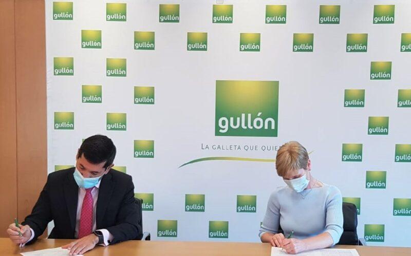 Paco Hevia, director Corporativo de Galletas Gullón; y Gloria Alonso, directora de Cáritas Diocesana de Palencia