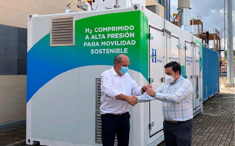 De izquierda derecha, Andrés Hernando, CEO de Hiperbaric; y Miguel Ángel Fernández, gerente del Centro Nacional del Hidrógeno.