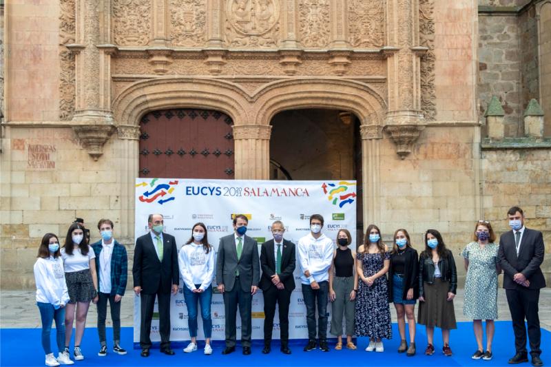 Imagen de familia de los asistentes a la la 32ª edición del European Union Contest for Young Scientists