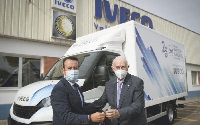 Ángel Rodríguez Lagunilla, presidente de Iveco España; y Jesús Mediavilla, presidente del Banco de Alimentos de Valladolid.