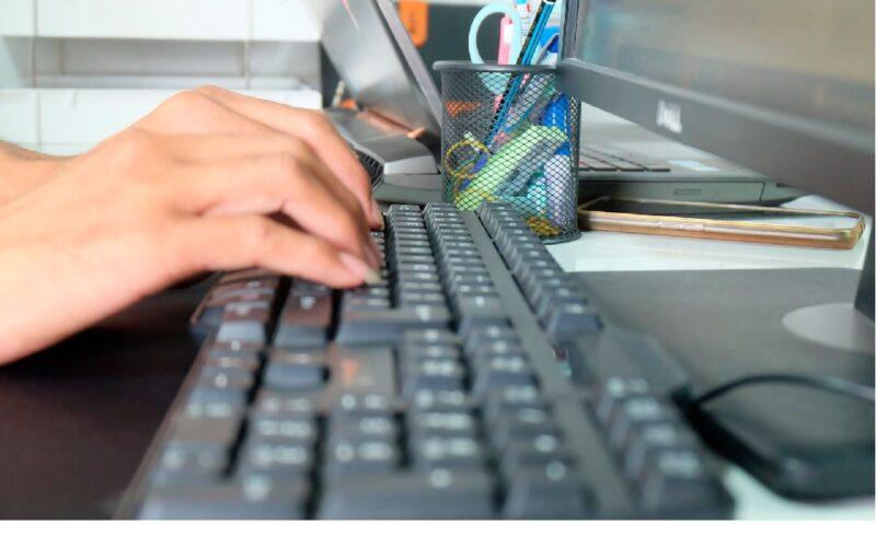 Mujer trabajando en un ordenador.