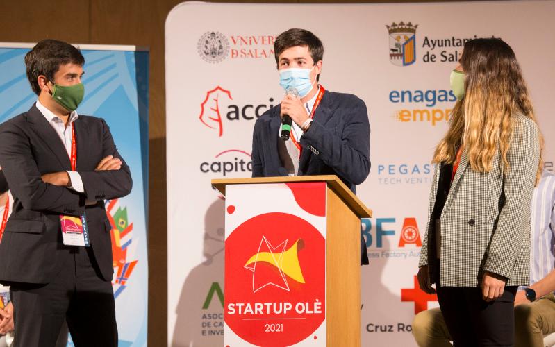 En el centro, el ganador del Start-Up Ole