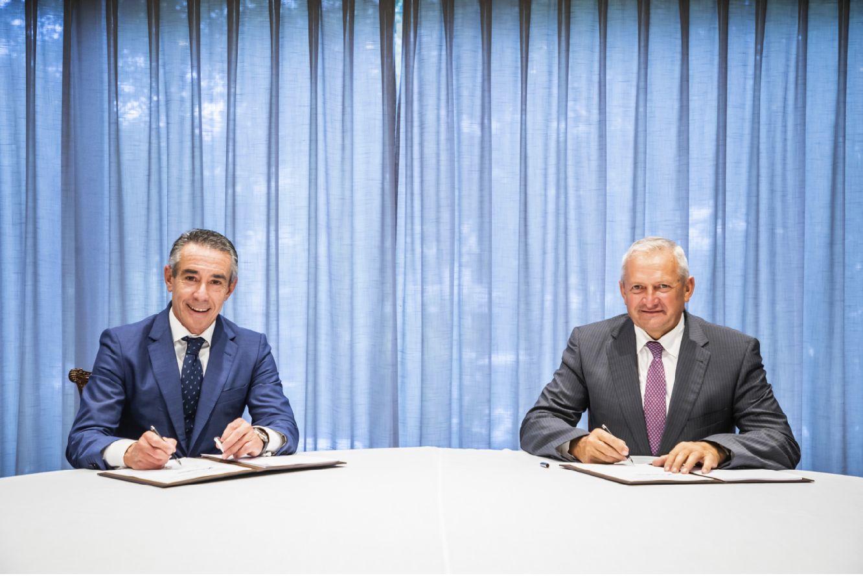 Juan Antonio Alcaraz, director general de Negocio de CaixaBank, y Ángel Villafranca, presidente de Cooperativas Agro-alimentarias de España