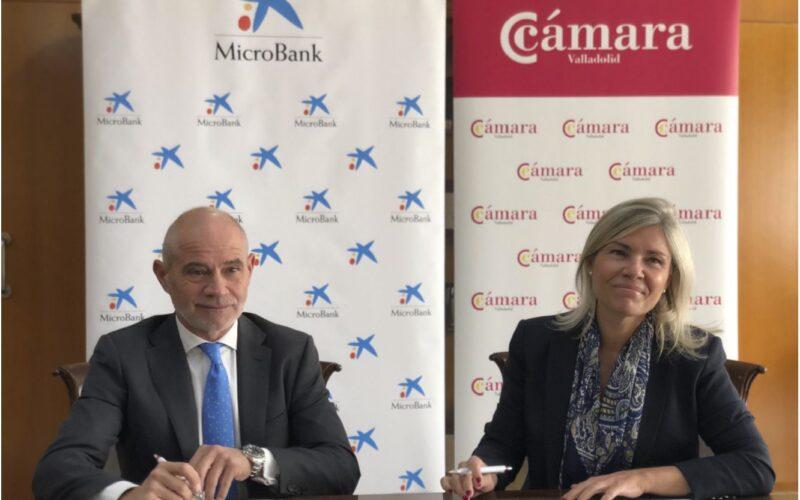 Víctor Caramanzana, presidente de la Cámara; y Belén Martín, directora territorial de CaixaBank en Castilla y León