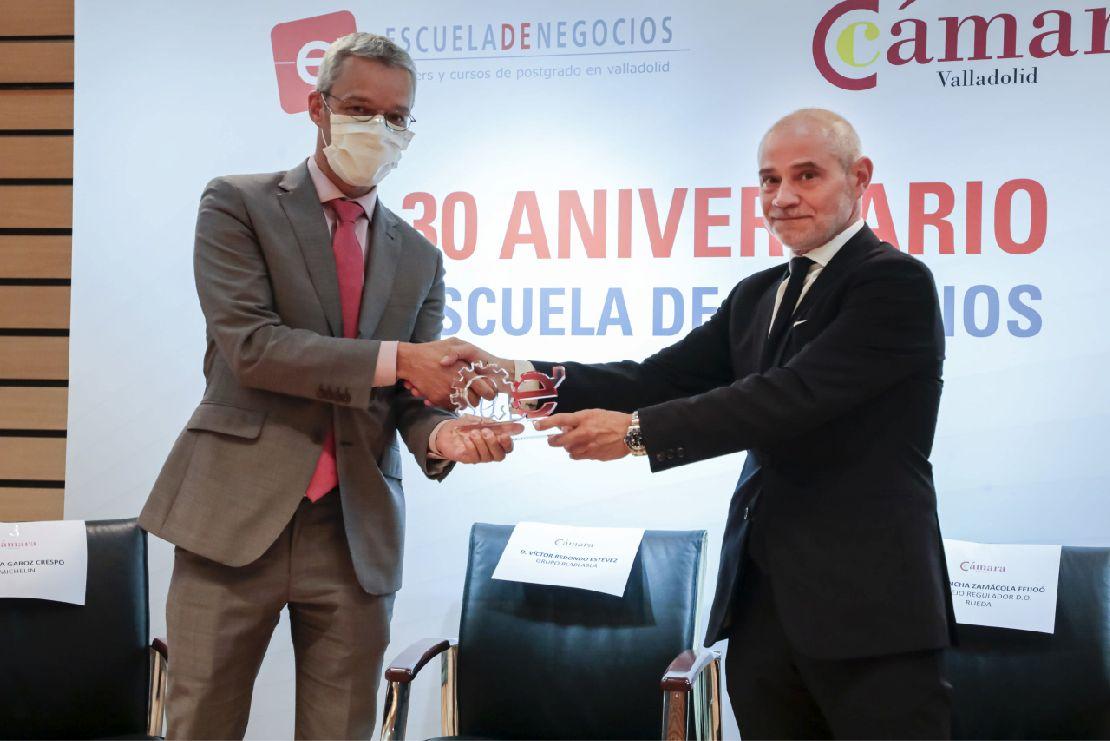 De izquierda a derecha, Bruno Arias, director de la fábrica de Michelin en Valladolid; y Víctor Caramanzana, presidente de la Cámara de Comercio de Valladolid.